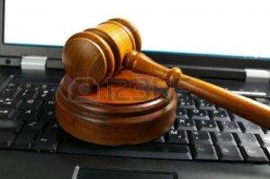 5090390-giudici-martelletto-giudice-su-un-computer-portatile-legge-cyber